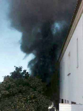 Columna de humo provocada tras prender fuego a una de las viviendas. Foto: El Correo