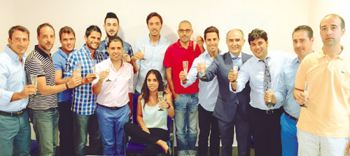 El director de El Correo, David López Royo (cuarto por la derecha), da la bienvenida a la plantilla de 'El Decano' en la nueva redacción. / Foto: E. Ortega