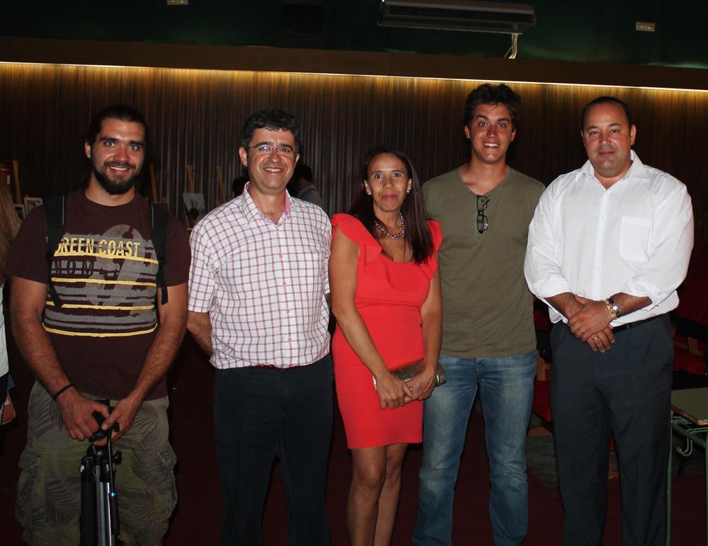Realizadores del audiovisual con la autora, al centro, y el alcalde, derecha. / EL CORREO