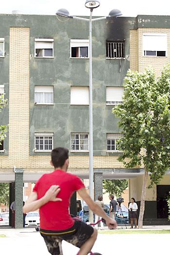 Vivienda incendiada en la barriada de los Montecillos de Dos Hermanas. / Pepo Herrera