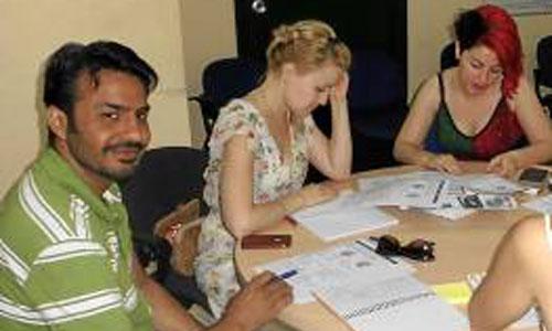 Asif Nadeem (camiseta de rayas) junto a otros compañeros en las clases de español que imparten María Guija y Clara Torres.