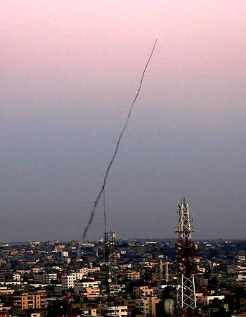 Fotografía de un cohete M75 lanzado desde la Franja de gaza hacia Israel por integrantes de la milicia Ezz Al-Din Al Qassam, el brazo armado del movimiento Hamas. / EFE