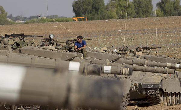 Un soldado israelí de una unidad de reserva, se sienta encima de su tanque Markova, en la franja de Gaza, al sur de Israel, este jueves. / EFE