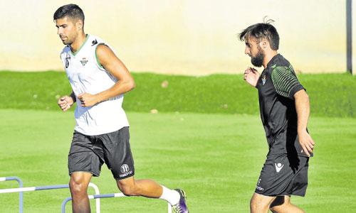Juanfran volvió ayer al césped para ejercitarse junto a Fran Molano (derecha) y sus compañeros Vilarchao y Braian. / Foto: Kiko Hurtado
