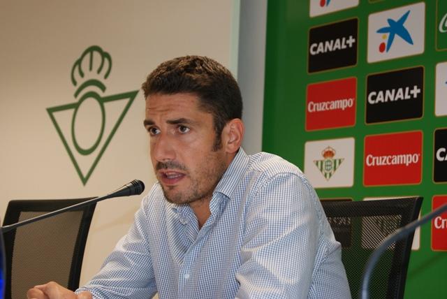 Julio Velázquez contenta a la prensa durante su comparecencia de este lunes / María Trigo