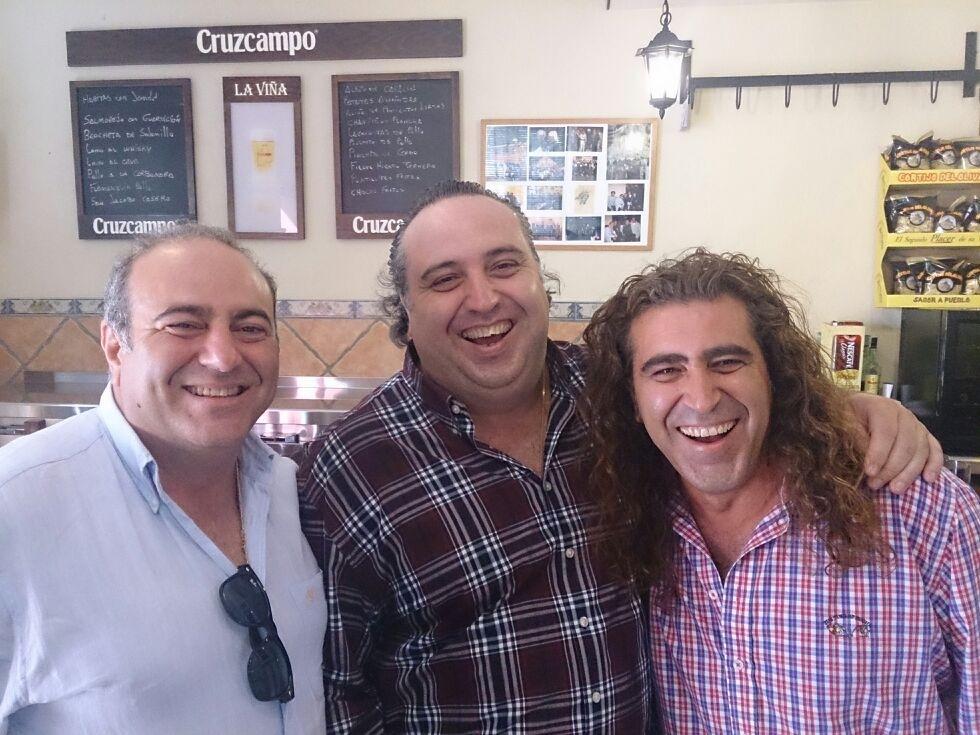 Mario y Carlos con su hermano Jorge, el menor de los tres. / El Correo.