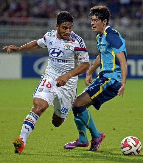 Carlos Fernández (derecha) trata de obstaculizar a Fekir / Olympique Lyonnais