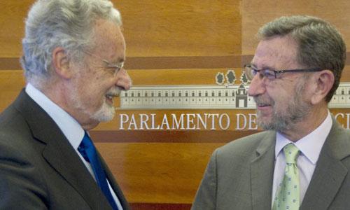 El defensor del Pueblo y del Menor en Andalucía, Jesús Maeztu, entrega al presidente del Parlamento autonómico, Manuel Gracia, el Informe Anual del Menor correspondiente al año 2013. EFE