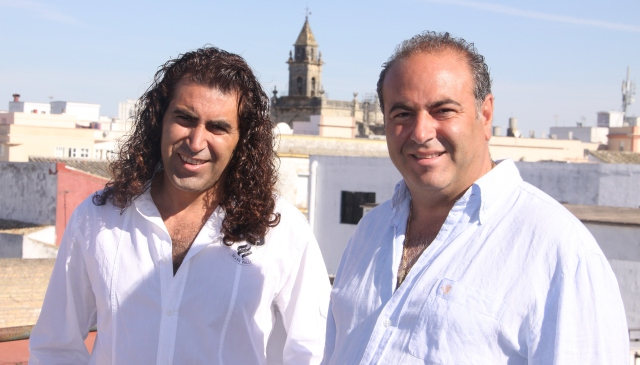 Carlos y Mario Ruiz son hermanos y componentes del grupo musical Cantores de Híspalis. / El Correo