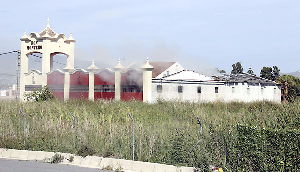La fábrica de ron de Motril donde ha tenido lugar la explosión. / Pedro Feixas (EFE)
