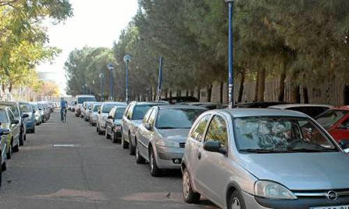 La doble fila es muy habitual en las calles del Parque Científico y Tecnológico Cartuja 93. / Foto: Sergio Rivas