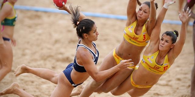 Luisa García Toro (dorsal 17) se lanza para interceptar un remate de una brasileña.