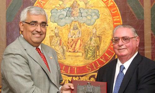 El rector de la Universidad de Sevilla entrega una placa conmemorativa a Luis Navarro. Foto: El Correo