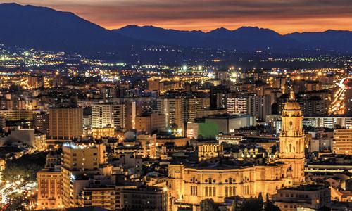 Vista parcial de Málaga iluminada por la noche, con la Catedral en primer término. / REE
