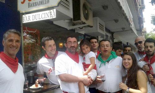 Diego Cancio y sus amigos celebran Sanfermines en su bar de Triana. / Foto: L.B.
