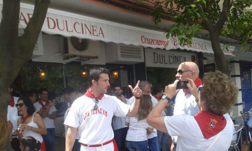 El bar Dulcinea de Triana ha traído los Sanfermines a Sevilla. / Foto: L.B.