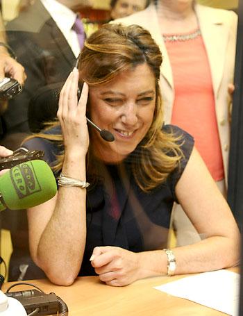 La presidenta de la Junta, Susana Díaz, conversa ayer con una usuaria del servicio de teleasistencia. / Raúl Caro (EFE)