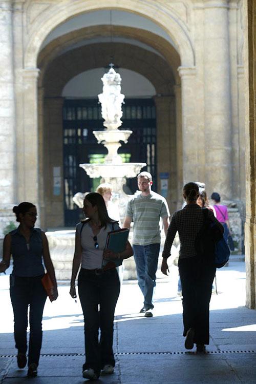 Estudiantes en los pasillos de la Fábrica de Tabacos. / Foto: Paco Cazalla
