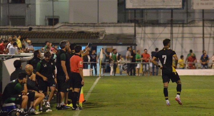 Vadillo, ya lesionado, espera el cambio en el estadio de El Palmar / Real Betis