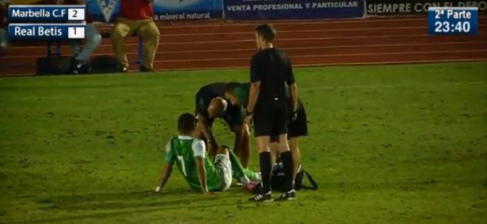 Vadillo es atendido por el doctor Tomás Calero tras la lesión / deportesevilla.tv