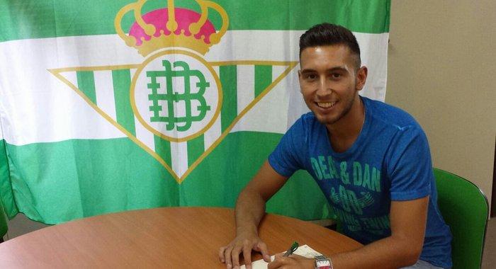 Francisco Varela sonríe tras firmar su nuevo contrato, este jueves / Real Betis