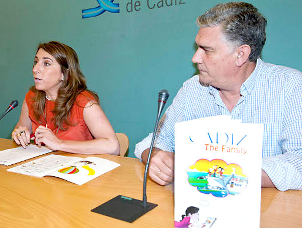 nmaculada Olivero junto a Juan Carlos Fernández-Llébrez durante la presentación de la Guía. / Carmen Romero