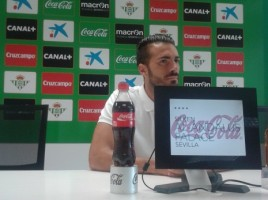 Xavi Torres atendiendo a los medios tras el entrenamiento