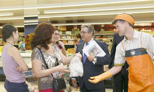 El alcalde, Juan Ignacio Zoido, durante su visita al súper de la avenida Alcalde Manuel del Valle. / El Correo