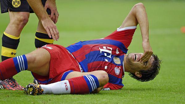 Javi Martínez, dolorido en el suelo tras la lesión que sufrió ayer. Foto: EFE