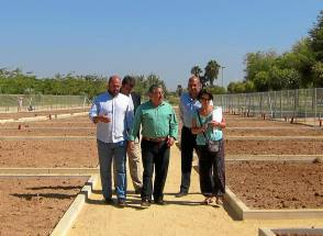 Zoido visita los nuevos huertos en la Vega de Triana./ El Correo