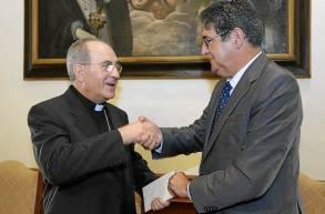 El arzobispo Asenjo y el decano de los Abogados, José Joaquín Gallardo. / J. L.Montero
