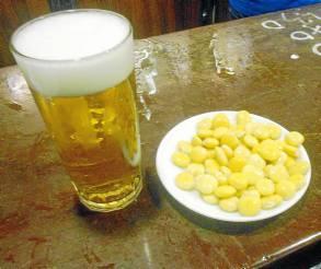 Casa Julián, con una cerveza helada y altramuces. / J.C