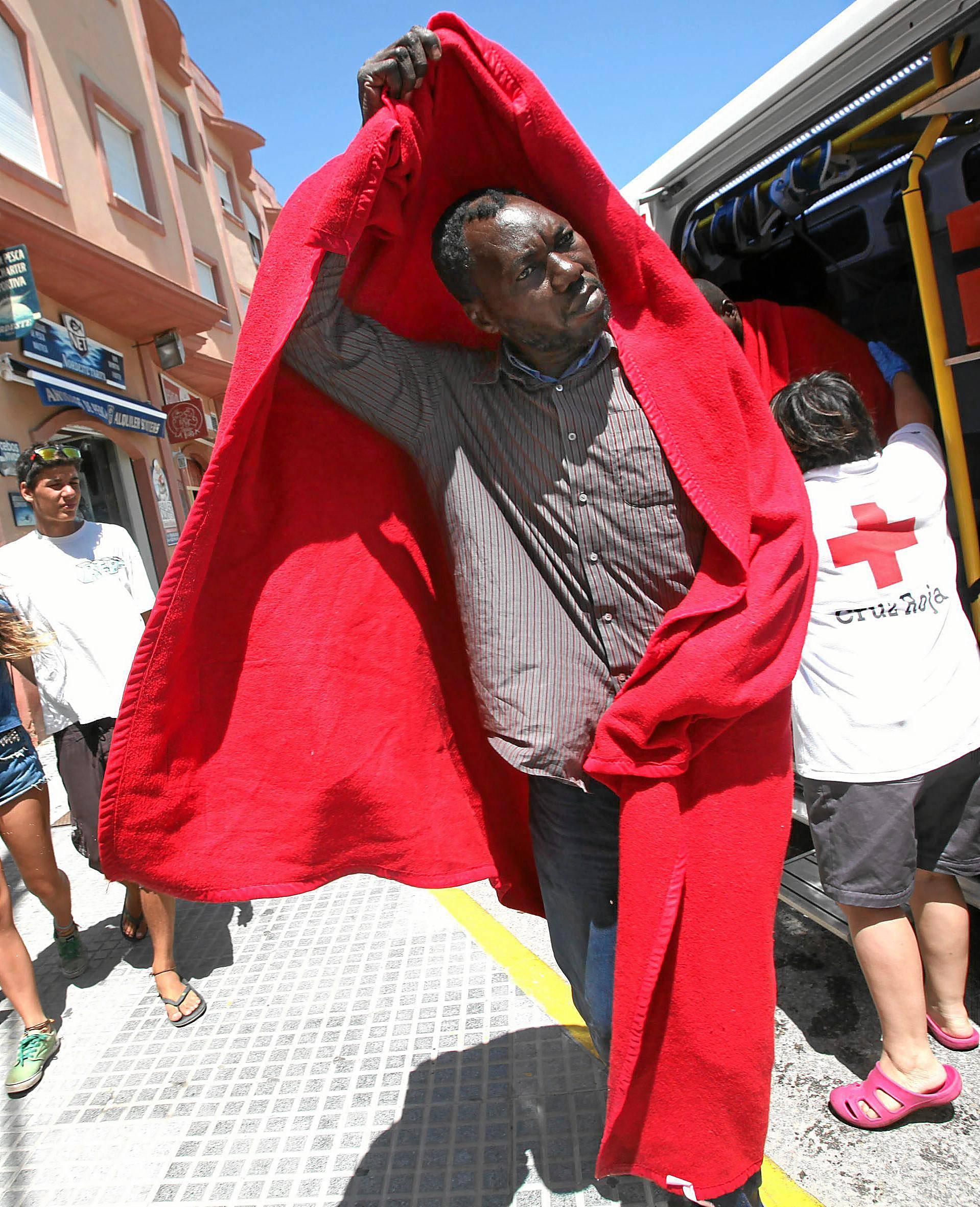 Un inmigrante es atendido por la Cruz Roja. / EFE