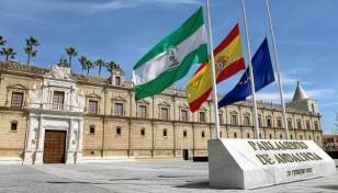 Las banderas del Parlamento ondean a media asta