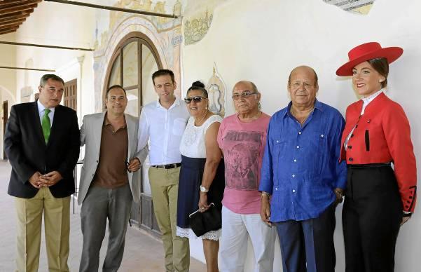 Artemio del Corral, José María Castaño, Cristóbal Ortega y los artistas Juana la del Pipa, Fernando de la Morena y Manuel Moneo, ayer en Santa Clara. / José Luis Montero