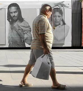 La imagen del bailaor Farruquito en el tranvía seguirá vigente. / José Luis Montero