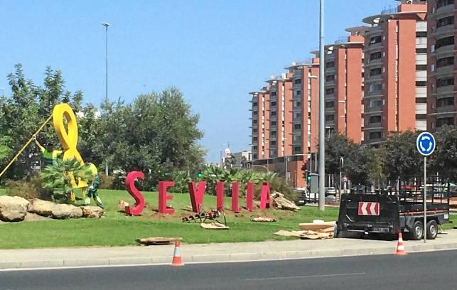 Operarios colocan las letras de 'Sevilla' junto con la madeja. / Foto: Morales