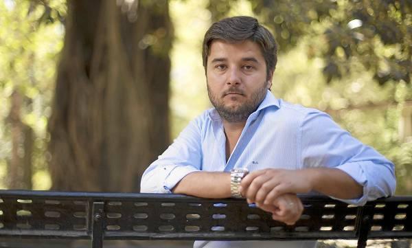 Gonzalo Jiménez, «gerente pero también chico para todo en esta empresa familiar», posa en el sevillano parque de María Luisa. / PEPO HERRERA