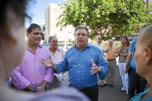 El alcalde, Juan Ignacio Zoido, junto al delegado municipal del distrito. Jaime Ruiz, durante su reunión de ayer con los vecinos de San Carlos. / Pepo Herrera