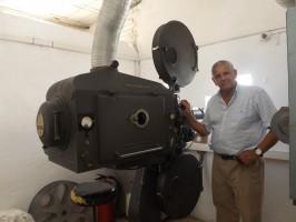 Rafael Cansino junto a una joya del cine: un proyector de carbón que hace las delicias de los cinéfilos. / Fotos: A. P.