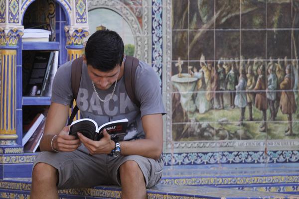 La Plaza de España de Sevilla se convierte en una biblioteca al aire libre. /EFE