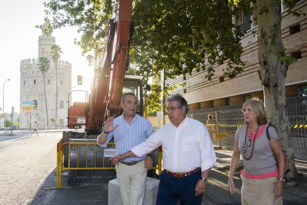 Juan Ignacio Zoido durante la visita a Almirante Lobo junto con los concejales Juan Bueno y Amidea Navarro. / El Correo