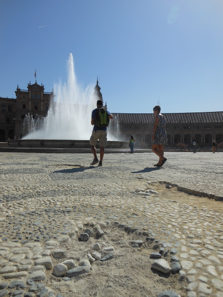 Los desperfectos en el empedrado reciben al visitante nada más entrar en la Plaza de España.