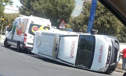 Estado en que quedó la ambulancia en la Avenida de la Paz. / Imagen: @anittasegura