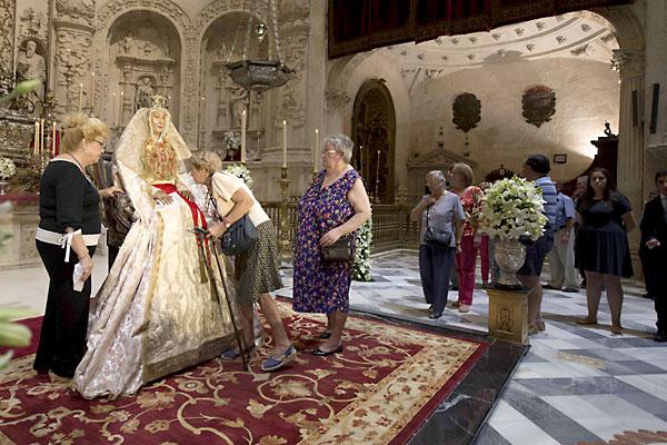 Besamanos de la Virgen de los Reyes en la Capilla Real de la Catedral de Sevilla. / J.M.Paisano