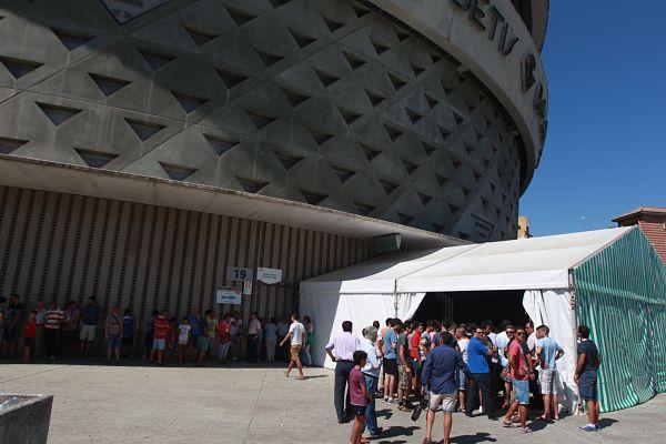 Colas en el Villamarín para adquirir el abono de la próxima temporada. Foto: Tolo Parra