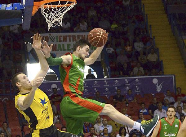 Satoranský captura un rebote ante la presencia de Sikma. Foto: EFE