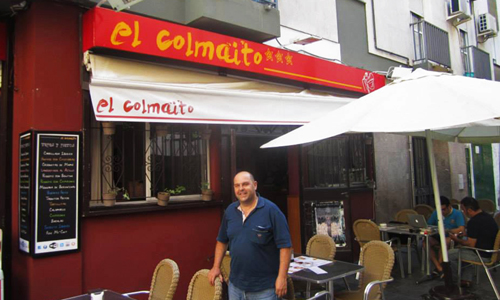 Vicente Ortega posa en la parte exterior de su local El Colmaíto de Cai. / JC