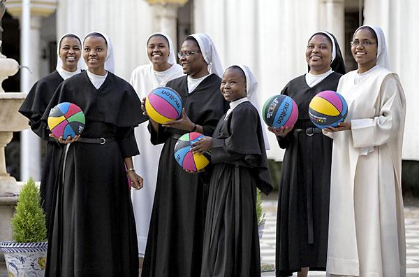 Las monjas de San Leandro en una divertida jornada deportiva./ Alberto Nevado/ FEB