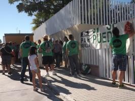 Miembros de la Plataforma Antidesahucios de Sevilla delante de las oficinas de Disean.